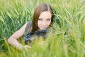 Sexig kvinna håller upp hennes vapen — Stockfoto