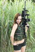 Mulher sexy, segurando sua arma — Fotografia Stock