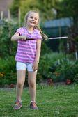 Mignonne petite fille jouer au badminton — Photo