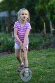 Niedliche kleine mädchen spielen badminton — Stockfoto
