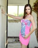 Sexy vrouw in roze jurk — Stockfoto