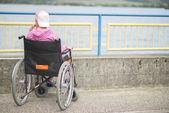 坐在轮椅上的女人 — 图库照片