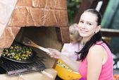 Kobieta na wakacje o grill — Zdjęcie stockowe