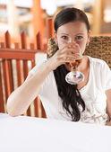 Mulher bebendo vinho branco — Foto Stock
