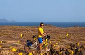 Mujer con bicicleta en la isla de Canarias — Foto de Stock