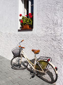 Retro bicycle leaning against a wall — Stock Photo