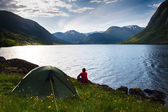 Camping in mountains near lake — Stock Photo