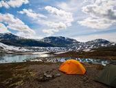 Dwa namioty turystyczne, aktywny tryb życia — Zdjęcie stockowe
