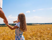 Little girl  and father on the field — Stockfoto