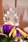 ワイングラスの新婚夫婦のクローズ アップ — ストック写真