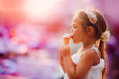 On seacoast the girl eats ice-cream — 图库照片