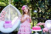 Liten flicka fira födelsedagen partiet med rose utomhus — Stockfoto
