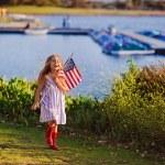 Маленькая девочка развевающийся американский флаг — Стоковое фото #46061497