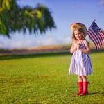 Маленькая девочка развевающийся американский флаг — Стоковое фото #46061583