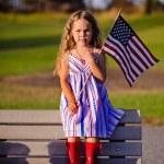 Маленькая девочка развевающийся американский флаг — Стоковое фото #46061697