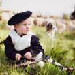 Niño en traje nacional con las ovejas — Stock Photo #44197057