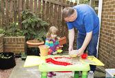 отец и дочь играть в таблице песка — Стоковое фото