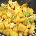Spicy potato and cauliflower aloo gobi — Stock Photo
