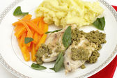 Chicken with pesto and veg — Stock Photo