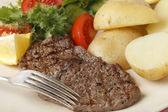 Minute Steak Essen Closeup mit Gabel — Stockfoto