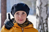 Woman in a black beret and a yellow jacket. — Stock Photo