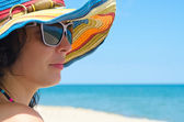 Woman wearing sunglasses and hat — Stock Photo