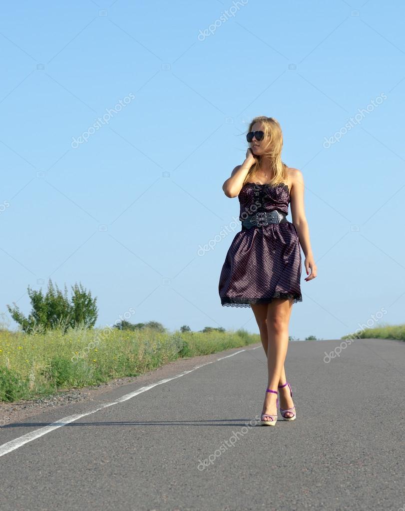 Joven mujer caminando en el campo — Foto de stock © igabriela ...