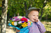 害羞的小男孩带一束鲜花 — 图库照片