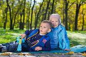 Roztomilý malý bratr a sestra hrát venku — Stock fotografie