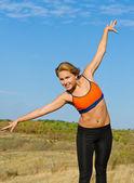 Sağlıklı aktif genç sarışın bir kadın açık havada — Stok fotoğraf