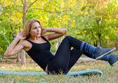 Mooie blonde vrouw uitoefenen op yoga mat — Stockfoto