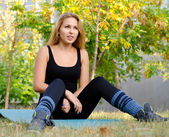 Friska blond kvinna utövar på en yogamatta — Stockfoto