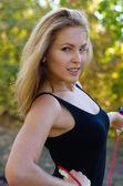 Gezonde actieve blonde vrouw buitenshuis uitoefening — Stockfoto
