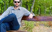 男人的长凳上休息 — 图库照片