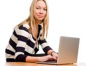 Moda mujer joven con un ordenador portátil — Foto de Stock