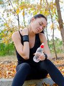 Athlète féminine étirer ses muscles du cou — Photo