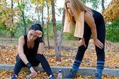 Atletas de duas mulheres, uma pausa — Fotografia Stock