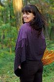Krásná usměvavá žena v lesích — Stock fotografie