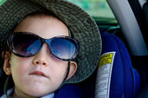 Little boy wearing Mums sunglasses — Stock Photo