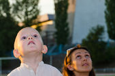 Young boy and his mother looking at the sky — Stock Photo