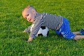 Pequeno menino jogando futebol — Foto Stock