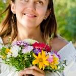 mujer feliz sonriente con un ramo floral — Foto de Stock