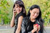 Twee vrienden genieten van een dag in het park — Stockfoto