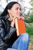 Düşünceli bir kitap kadınla — Stok fotoğraf