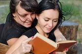 Twee goede vrouw vrienden genieten van een boek — Stockfoto
