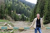 Adam ayakta bir ormanlık vadi — Stok fotoğraf