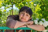 在春天的花园美丽的女人 — 图库照片