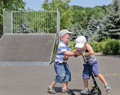 Deux jeunes garçons disputent un scooter — Photo