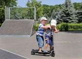 Dos niños pequeños discutiendo sobre una moto — Foto de Stock