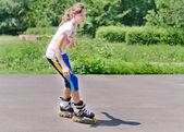 年轻少女溜旱冰 — 图库照片